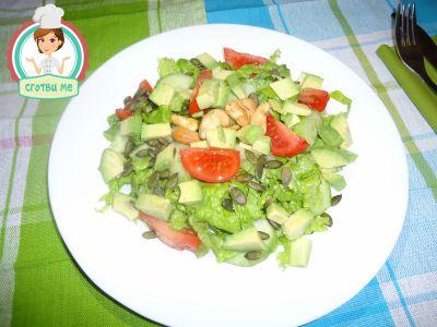 Здравословна салата с авокадо, кашу и тиквено семе