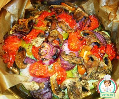 Тиквички с гъби, домати и червен лук на фурна