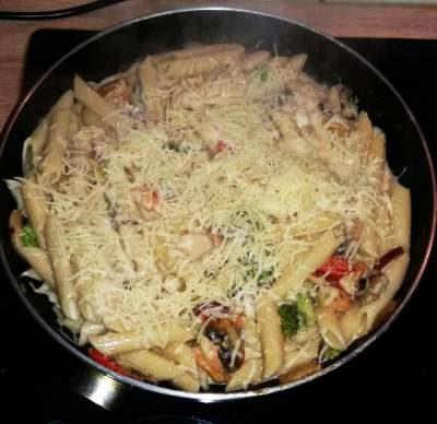 Pasta-gubi-brokoli-luk-domati-smetana